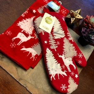 NWT red Christmas themed oven mit and towel
